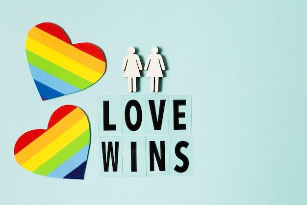Cuori di colore arcobaleno con messaggio di celebrazione