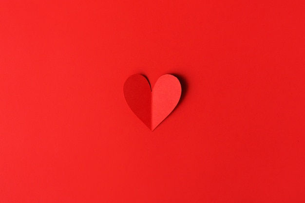 Cuori di san valentino di carta sul rosso