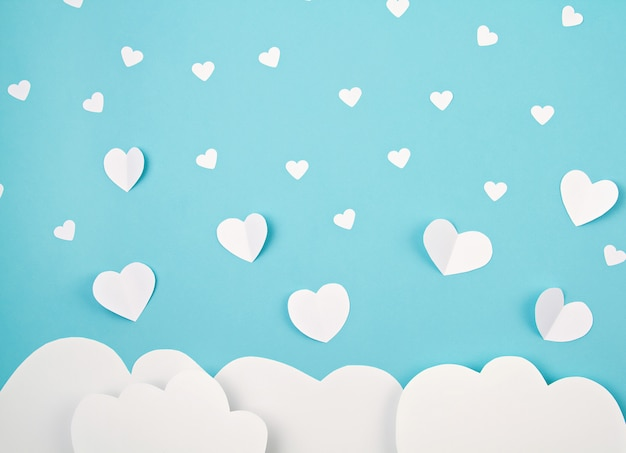 Cuori e nuvole di carta bianca. sainte valentine, festa della mamma, biglietti d'auguri di compleanno, invito, celebrazione concetto