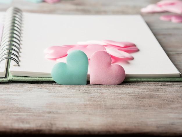 Cuori e taccuino pastelli rosa e verdi