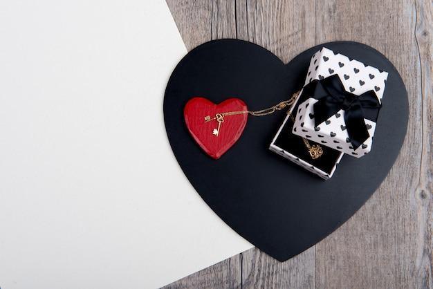 Cuori neri e rossi con un gioiello per san valentino