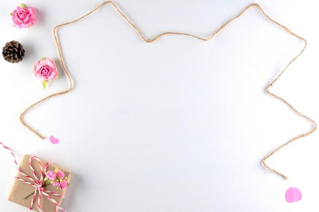 Cuori rosa fatti a mano di amore isolati sul fondo di legno bianco di struttura