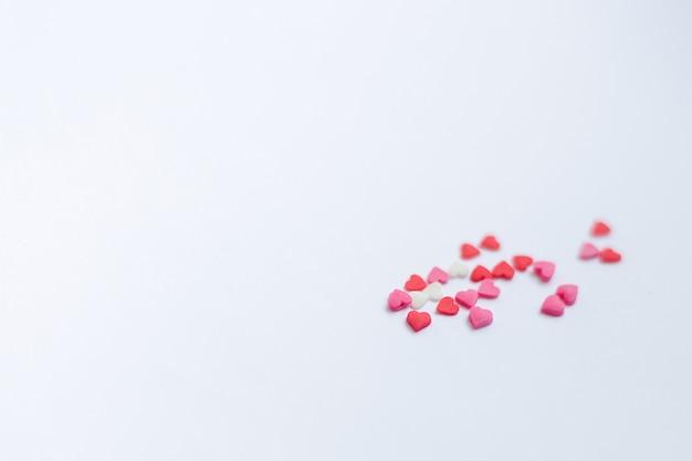 Cuori rossi del biglietto di s. valentino del feltro sui precedenti bianchi come la neve. concetto di san valentino.
