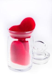 Cuori rossi della peluche in un barattolo, isolati su bianco. giorno di san valentino. amore.