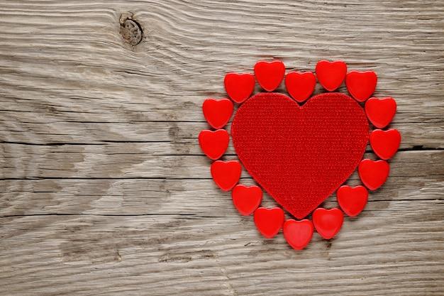 Cuori rossi di san valentino su fondo di legno