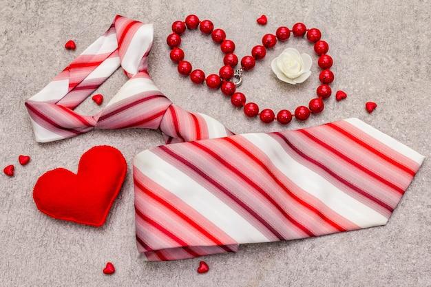 Cuori rossi, perline e cravatta