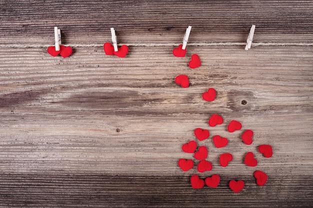 Cuori rossi tessili su legno. concetto di amore