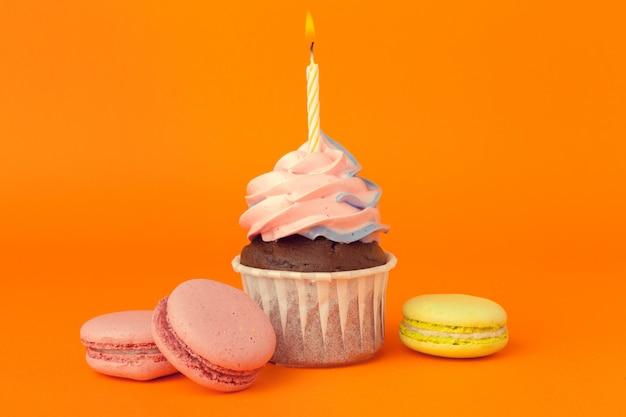 Cupcake con candeline su sfondo arancione
