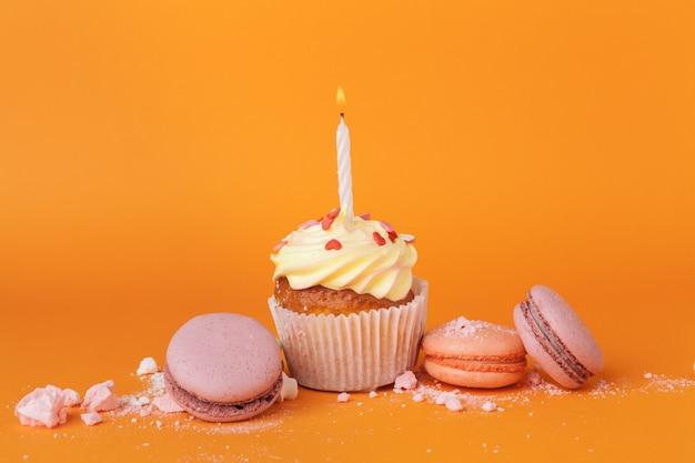 Cupcake con candeline sull'arancia