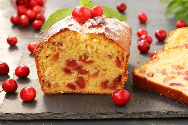 Cupcake con ciliegia con un taglio si trova sul supporto di scisto