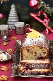 Cupcake con frutti di bosco, noci e canditi si trova in un ambiente natalizio