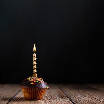 Cupcake con glassa e candela