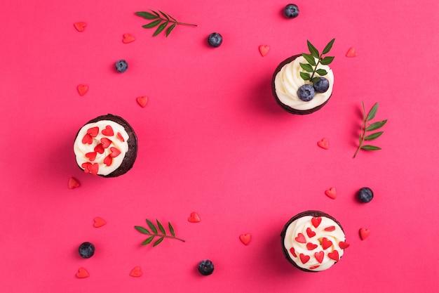 Cupcake decorato con cuori. amore. concetto di san valentino. copia-spazio, vista dall'alto.