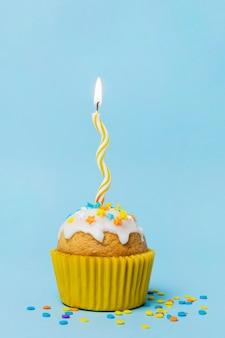Cupcake dolce con una candela accesa
