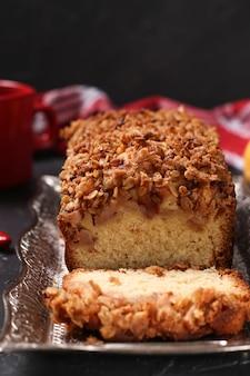Cupcake fatti in casa con farina d'avena, mele e farina d'avena di cereali croccanti su un vassoio di metallo al buio