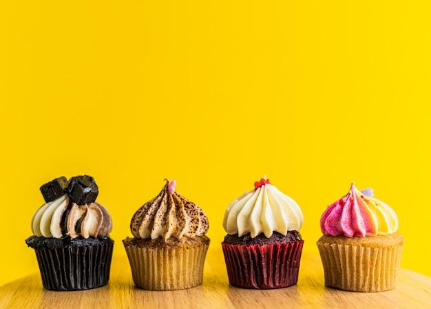 Cupcake su giallo.