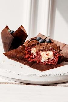 Cupcakes ai frutti di bosco con ripieno, tagliare il dessert