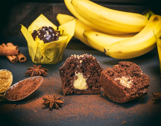 Cupcakes al cioccolato banana con un ripieno
