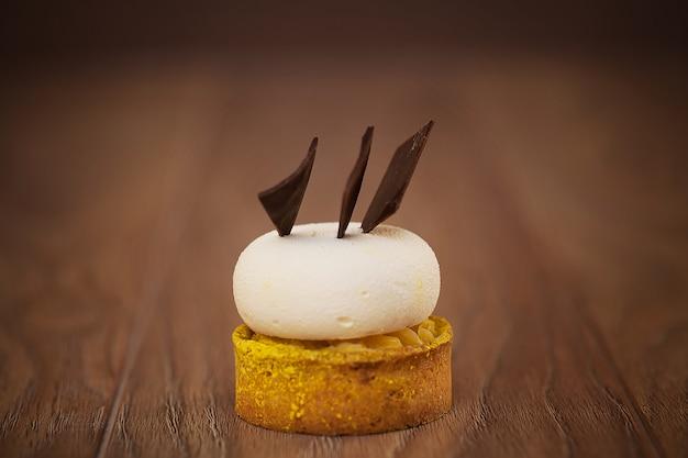 Cupcakes al cioccolato con menta sul tavolo di legno