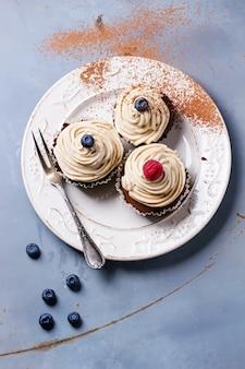Cupcakes al cioccolato su calcestruzzo