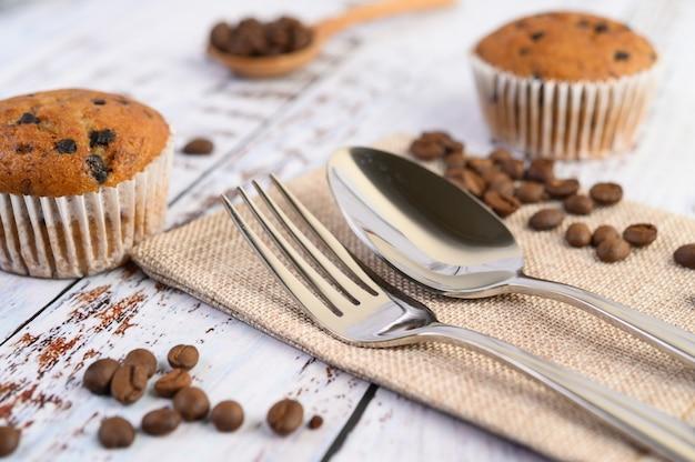 Cupcakes alla banana mescolati con gocce di cioccolato su un piatto bianco.