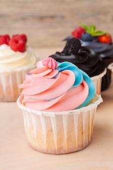 Cupcakes colorati con gusti diversi. piccole torte bellissime