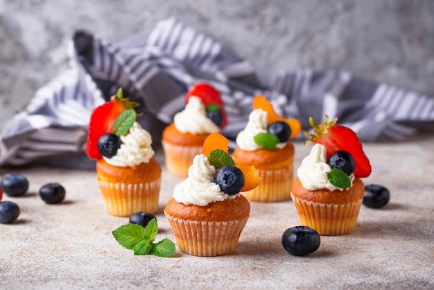 Cupcakes con crema e frutti di bosco