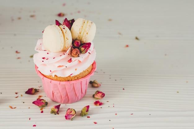 Cupcakes con crema rosa, amaretti e rose