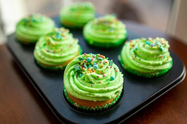 Cupcakes con crema verde, fuoco selettivo. decorazione sent patrick. messa a fuoco selettiva.