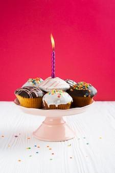 Cupcakes con glassa su sfondo rosso