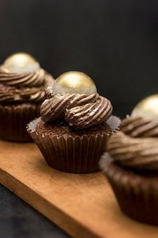 Cupcakes defocused su tavola di legno