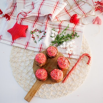 Cupcakes di celebrazione di nuovo anno, muffin al cioccolato sul tavolo. vista dall'alto