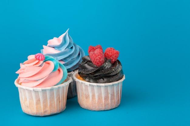 Cupcakes di compleanno sulla fine del blu in su