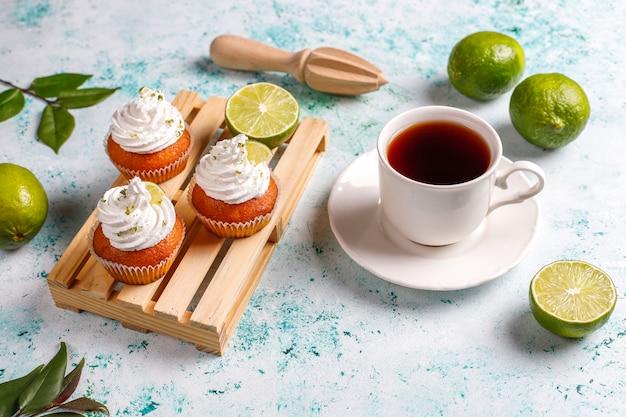 Cupcakes di lime fatti in casa con panna montata e scorza di lime