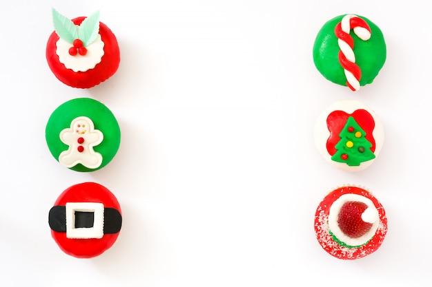 Cupcakes di natale isolati su sfondo bianco