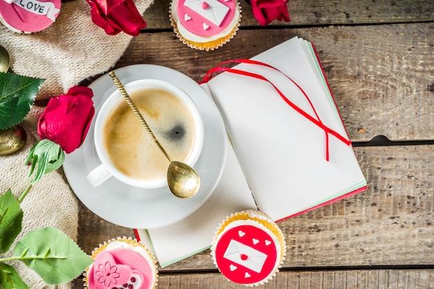 Cupcakes di san valentino con una tazza di caffè