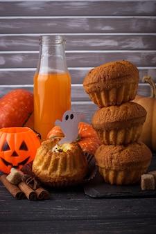 Cupcakes di zucca di halloween. messa a fuoco selettiva