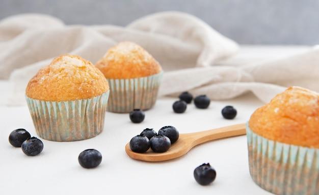 Cupcakes e panno di vista frontale