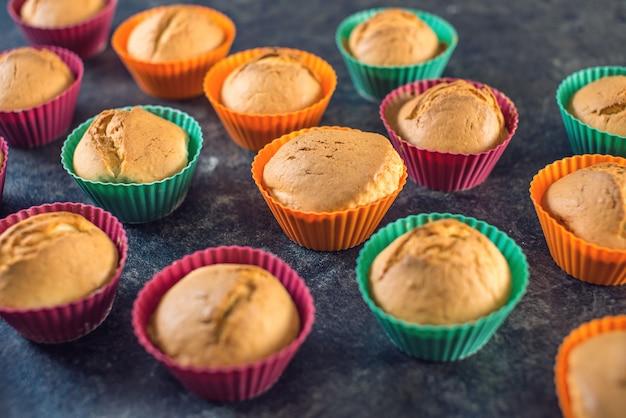 Cupcakes fatti in casa appena fatti in stampi in silicone
