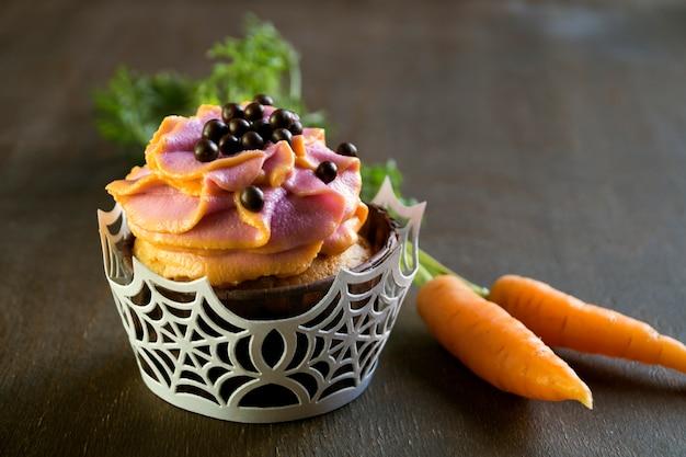 Cupcakes fatti in casa con panna. su sfondo scuro.