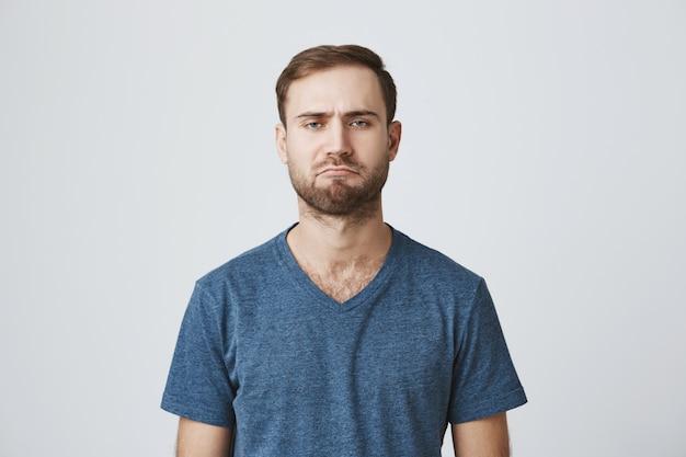 Cupo scontroso ragazzo barbuto sembra deluso