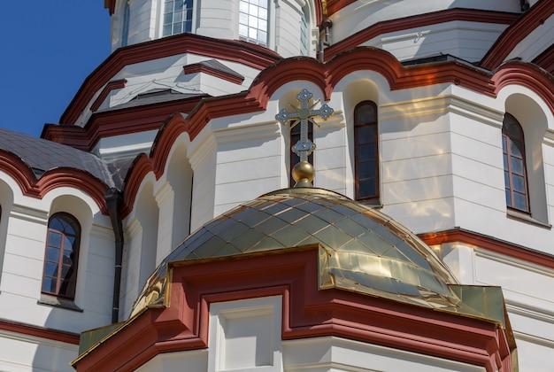 Cupola con croce del monastero di san simone il cananeo in una soleggiata giornata estiva