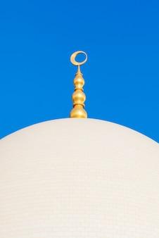 Cupola della grande moschea di sheikh zayed con cielo blu, emirati arabi uniti