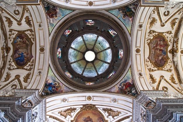 Cupola e soffitto della chiesa la chiesa del gesù o casa professa a palermo