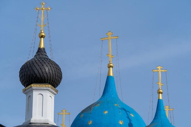 Cupole blu della chiesa ortodossa russa nel monastero vysotsky, città serpukhov, regione di mosca.