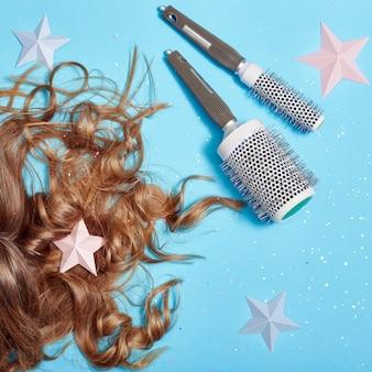 Cura dei capelli, bei capelli lunghi e pettine, pettinatura