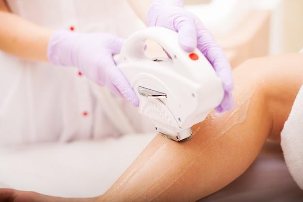 Cura del corpo. depilazione laser. trattamento di epilazione. pelle liscia.