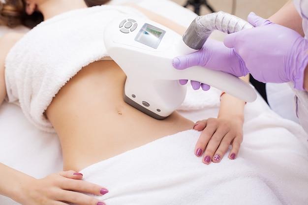 Cura del corpo. la donna è in corso presso la clinica lipomassaggio