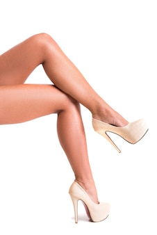 Cura del corpo per gambe lisce femminili con i tacchi alti.