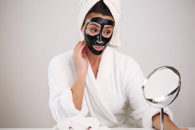 Cura della pelle. donna con il viso di bellezza che tocca il ritratto di pelle sana.